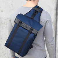 ArtisanArtist_Red_Label_Sling_Bag__RDB_SL300_Blau_am_Ruecken_1.png