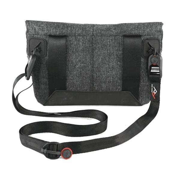 Peak_Design_Field_Pouch_Charcoal_mit_Leash_montiert_a.png